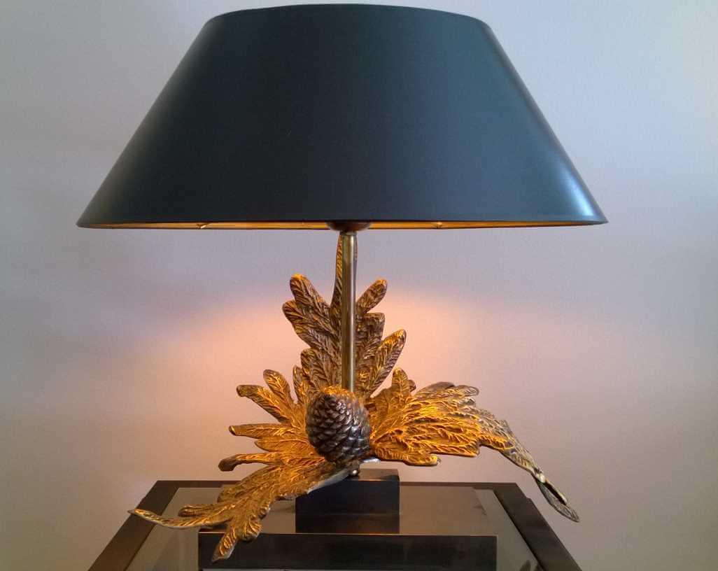 Bronzeskulptur-Leuchte mit Blatt und Zapfen Strichlackschirm