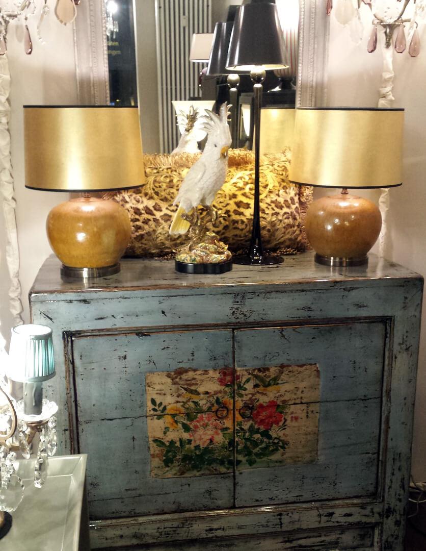 Porzellan-Papagei und Ginger-Leuchten auf Chinakommmode