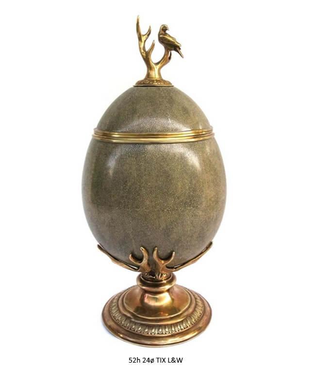 Prunkgefaess in Eiform aus Porzellan