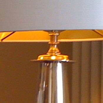 Silberzinnleuchte auf Kirschholzmoebeln