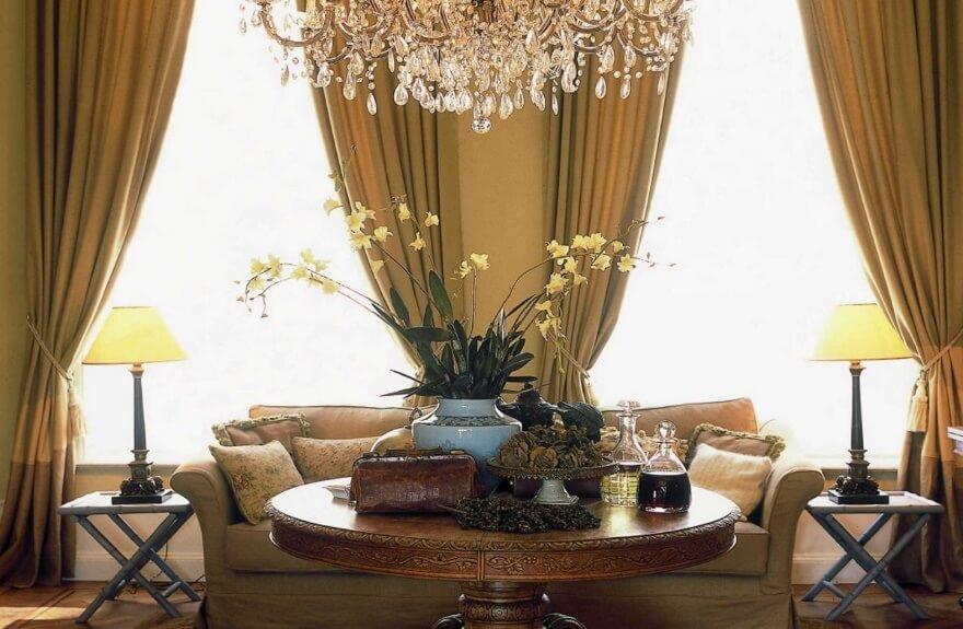 Dekoration - Couch mit Leuchtenpaar und Kronleuchter