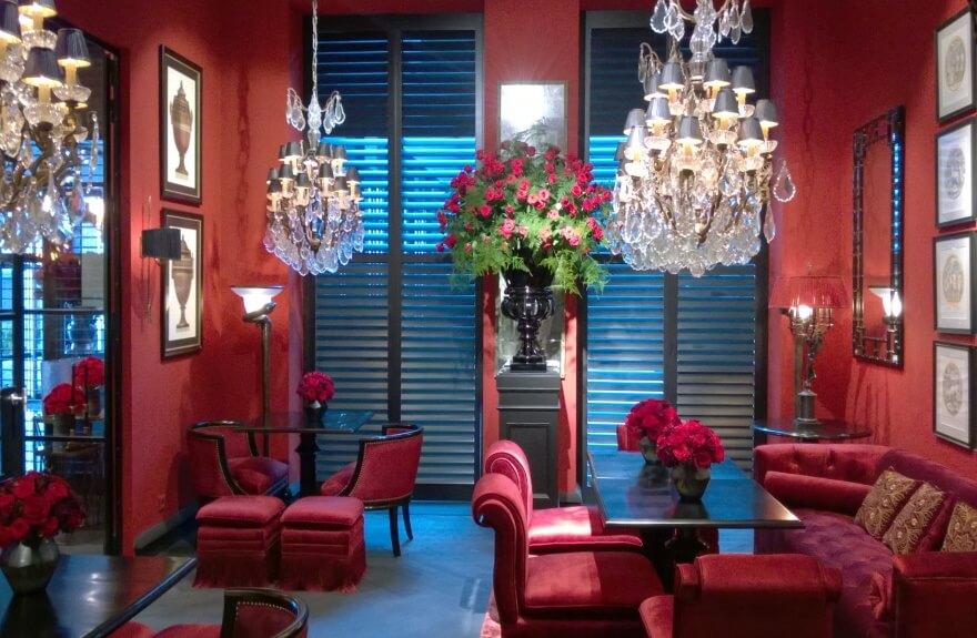 Lobby mit Lüster und Polstermöbel-Arrangement