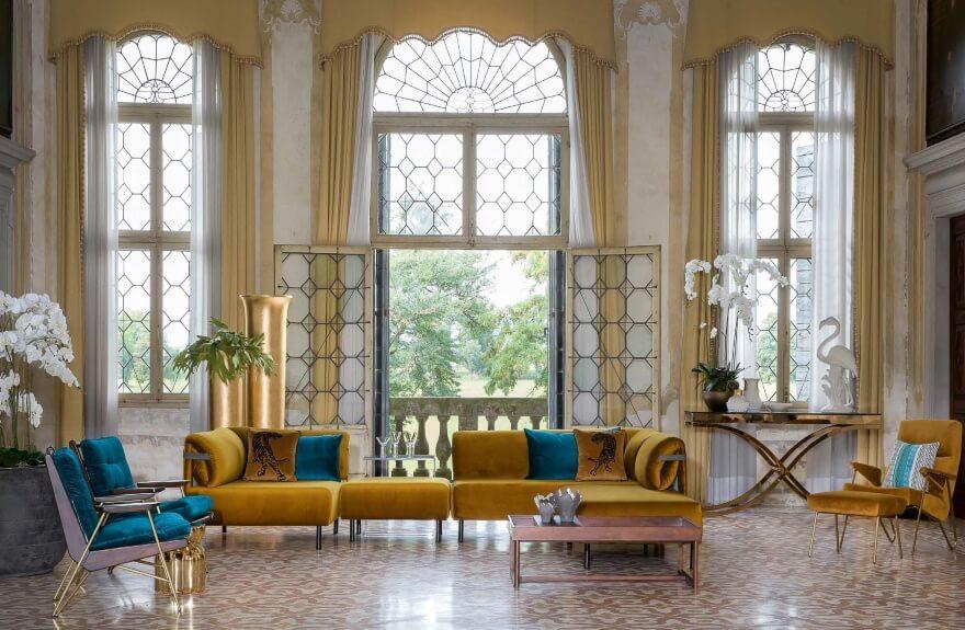 Moderne Polstermöbel im Schloss-Ambiente